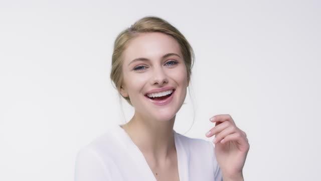 vídeos de stock e filmes b-roll de close-up portrait of beautiful happy woman - mulher bonita