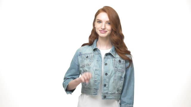 vídeos de stock, filmes e b-roll de closeup retrato da menina adolescente casual em jeans concentrado contando os dedos sentindo conteúdo e descontraída, sobre fundo branco - etnia caucasiana