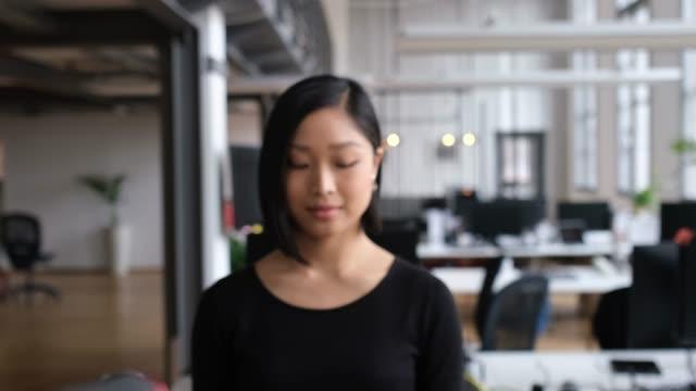 närbild porträtt av självsäker lycklig professionell - intoning bildbanksvideor och videomaterial från bakom kulisserna
