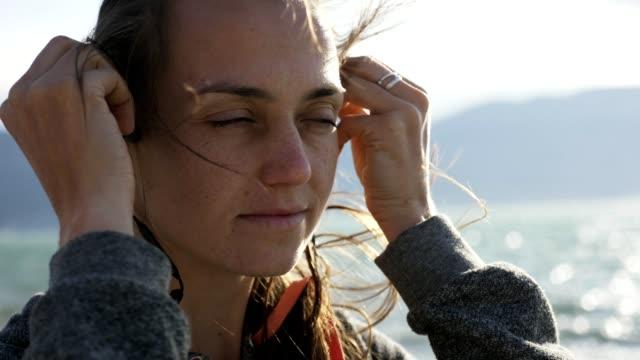 portre spor kulak içi kablosuz kulaklıktan koyarak fitness kadın portresi. - kulak i̇çi kulaklık stok videoları ve detay görüntü çekimi
