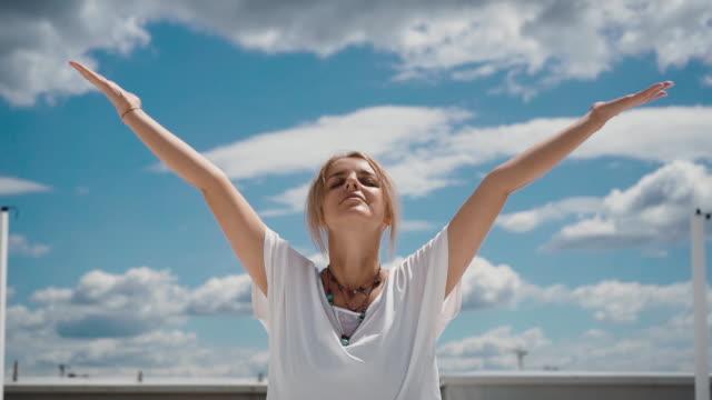 ritratto ravvicinato di donna felice che mette le mani nella postura namaste mudra - armonia video stock e b–roll