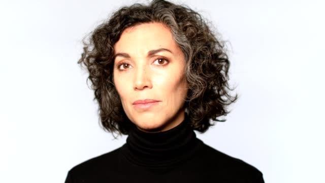 närbild porträtt av mogen kvinna ler - mature women studio grey hair bildbanksvideor och videomaterial från bakom kulisserna