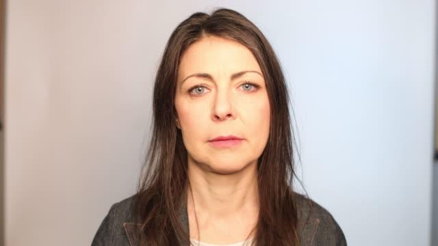 vidéos et rushes de verticale de plan rapproché de femme adulte moyenne - une seule femme d'âge mûr