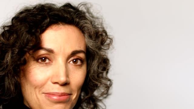 närbild porträtt av kvinnan leende på vit - mature women studio grey hair bildbanksvideor och videomaterial från bakom kulisserna
