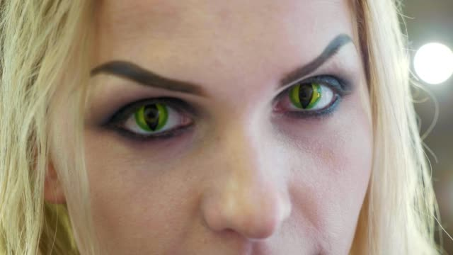 vídeos de stock e filmes b-roll de close-up portrait of young pretty woman with halloween makeup at beauty salon - contacts