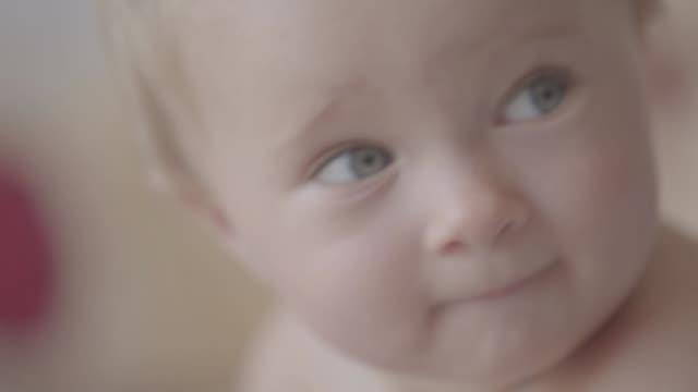 vidéos et rushes de enfant en bas âge de verticale de plan rapproché jouant dans la cuisine. - 0 11 mois