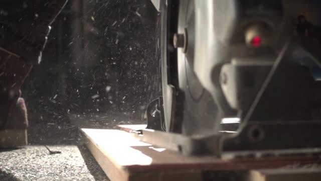 close-up-elektrowerkzeug - kreissäge stock-videos und b-roll-filmmaterial