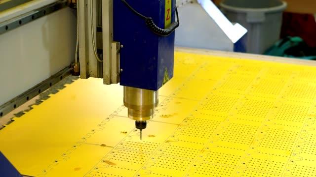 클로즈업 cnc 기계에 플라스틱 부분에 구멍을 시추의 과정. - 척 드릴 부속품 스톡 비디오 및 b-롤 화면