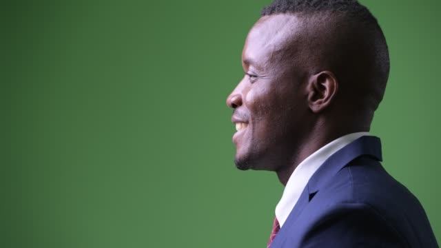 närbild profil syn på lycklig ung afrikansk affärsman leende - kostym sida bildbanksvideor och videomaterial från bakom kulisserna