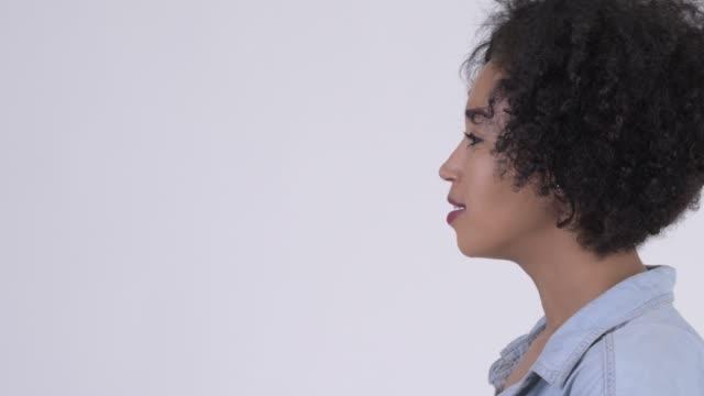 Vista de perfil de close-up de feliz jovem mulher africana bonita - vídeo