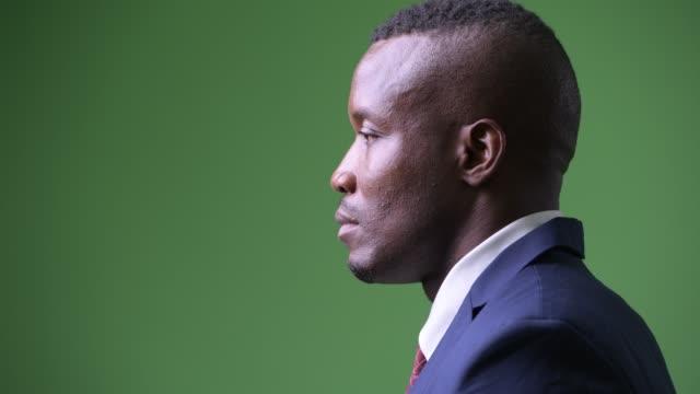 nahaufnahme profilierter ansicht des jungen afrikanischen geschäftsmannes - seitenansicht stock-videos und b-roll-filmmaterial