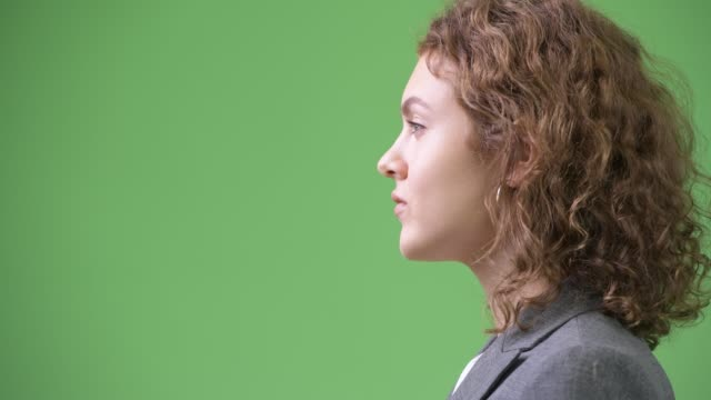 närbild profil syn på unga vackra affärs kvinna med lockigt hår - kostym sida bildbanksvideor och videomaterial från bakom kulisserna