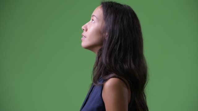 Opinião do perfil do close up da mulher de negócios multi-ethnic bonita nova que olha acima - vídeo