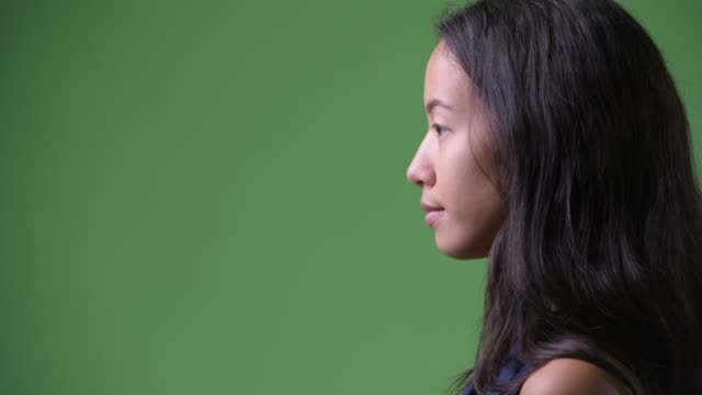 nahaufnahme profilansicht der jungen schönen multiethnischen geschäftsfrau - seitenansicht stock-videos und b-roll-filmmaterial