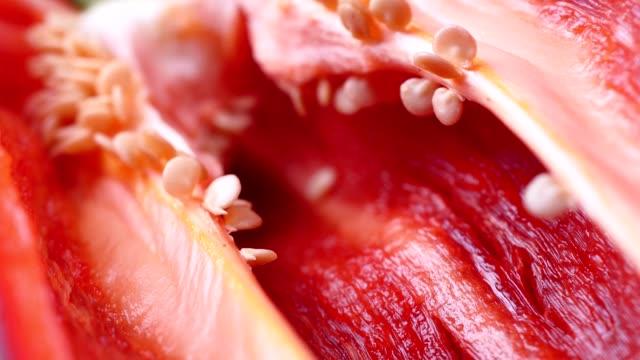 nahaufnahme rote chilischeibe isoliert - nierenkelch stock-videos und b-roll-filmmaterial