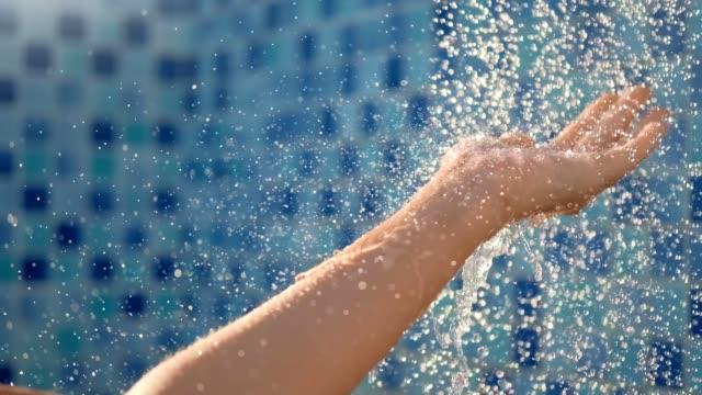 vídeos y material grabado en eventos de stock de primer cierre relajado femenino disfrutar de cálida ducha fresca agradable atrapando jet drop - ducha