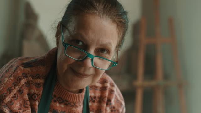 vídeos de stock, filmes e b-roll de close-up, sênior mulher usando a roda de oleiro - arte e artesanato assunto