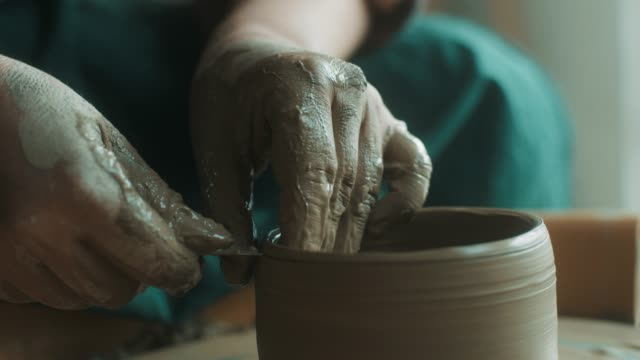 vídeos de stock, filmes e b-roll de close-up, sênior mulher usando a roda de oleiro - cerâmica artesanato