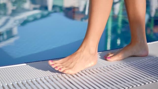 zbliżenie sexy opalanie kobieta noga spaceru w pobliżu basenu luksusowego hotelu - pedicure filmów i materiałów b-roll