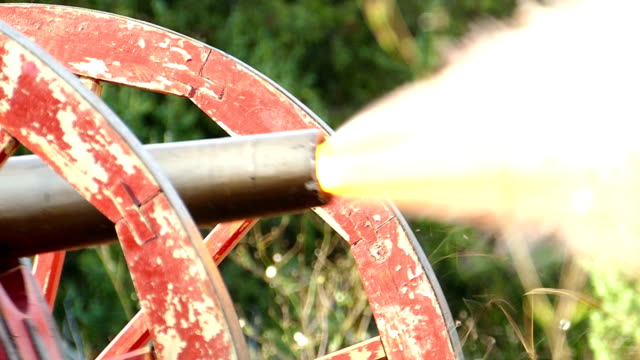 Bидео close-up -  shot of an old cannon during the Civil War in the United States (slow motion)