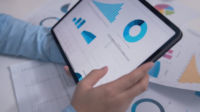 närbild shot of businessman tittar på business årsredovisning i digital tablet. - formella kontorskläder bildbanksvideor och videomaterial från bakom kulisserna