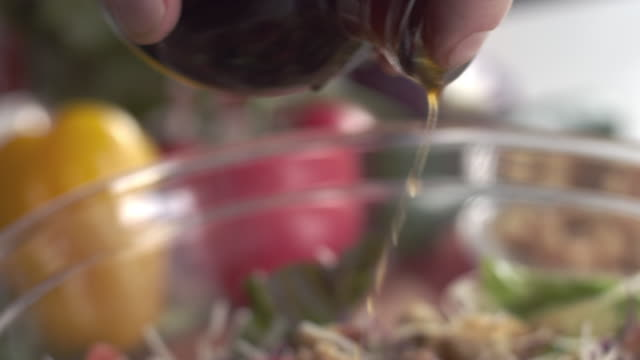 요리사 드레싱 신선한 정원 샐러드 오일과 식초의 클로즈업 샷 - 식초 스톡 비디오 및 b-롤 화면