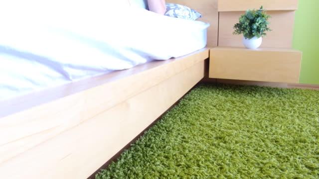 Closeup Schuss weiblicher Füße neben Bett am Morgen, Frau Bett aufstehen – Video