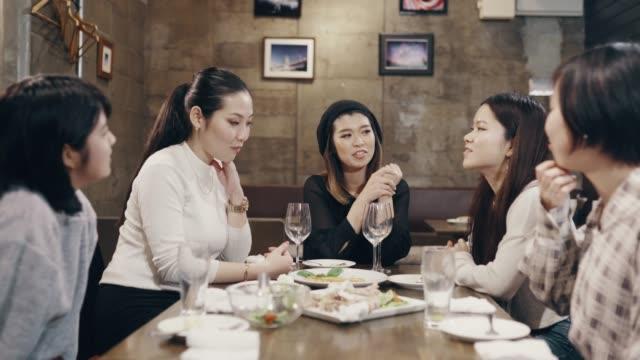 レストランで食事を楽しむ5人の若者と半ば成人女性のクローズアップショット - 日本人のみ点の映像素材/bロール