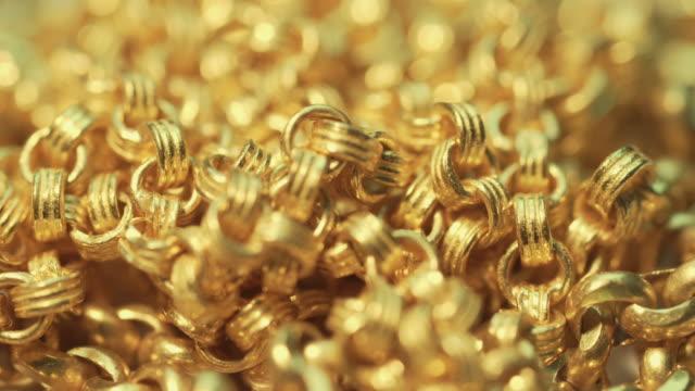крупным планом выстрел золотые ожерелья с вращающейся - браслет стоковые видео и кадры b-roll
