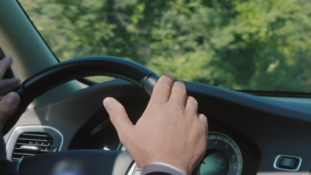 Close-up shot of hands while driving - vídeo