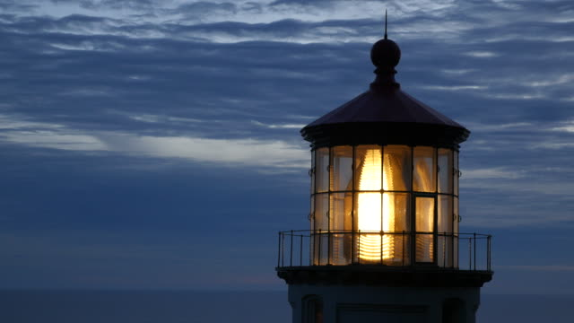 closeup aufnahme von heceta head leuchtturm in der nacht - leuchtturm stock-videos und b-roll-filmmaterial