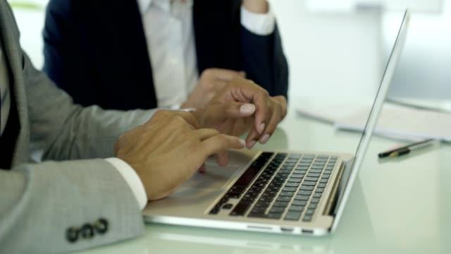 stockvideo's en b-roll-footage met close-up shot van mannelijke handen typen op laptop - hand pointing