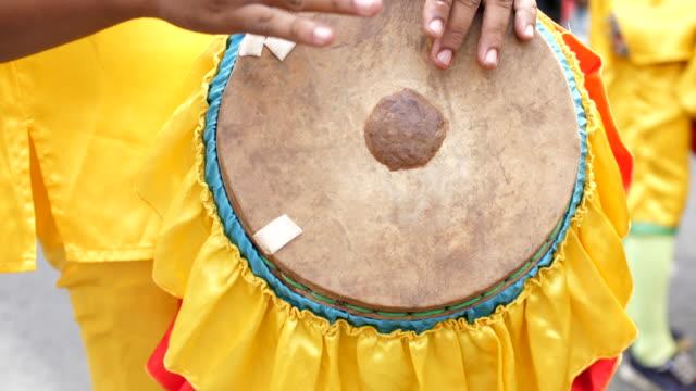 vídeos de stock e filmes b-roll de close-up shot of musician playing traditional drum - bateria instrumento de percussão