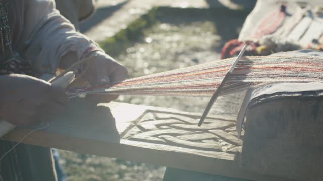 yaşlı kadın dikiş ve dokuma yakın çekim shot. ortaçağ canlandırma. - ortaçağ stok videoları ve detay görüntü çekimi