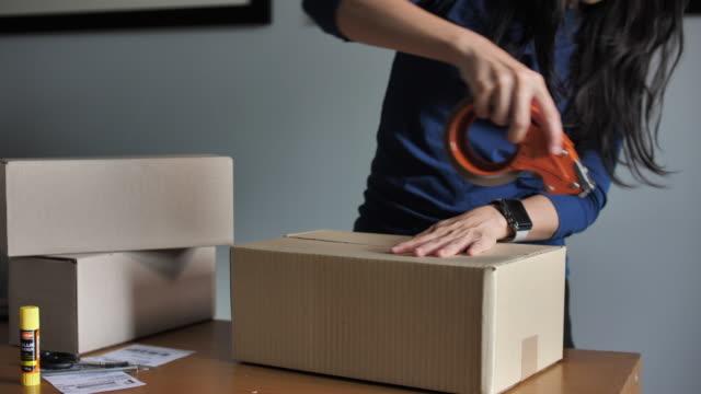 出荷準備ができている専門倉庫労働者梱包段ボール箱のクローズアップショット - 荷造り点の映像素材/bロール