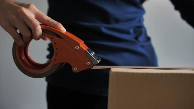 profesyonel depo i̇şçiambalaj karton kutu sevkiyat için hazır close-up shot - sipariş vermek stok videoları ve detay görüntü çekimi