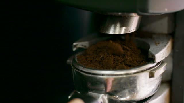 close-up schuss von jemand füllen ein siebträger (espressomaschine) mit kaffeesatz beim kaffee machen - grind stock-videos und b-roll-filmmaterial