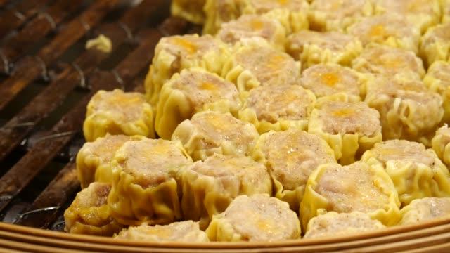 nahaufnahmen von traditionellem chinesischem essen oder tim-sam oder dumpilng, die vom bambusdampfer gemacht wurden. streetfood in thailand - dampfkochen stock-videos und b-roll-filmmaterial
