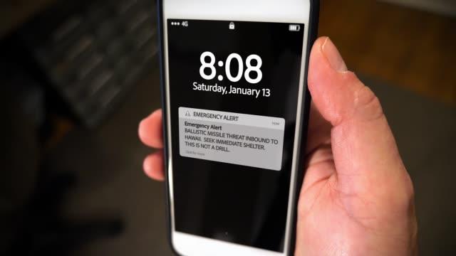 closeup smartphone benachrichtigung bildschirm ballistische flugkörper - wachsamkeit stock-videos und b-roll-filmmaterial