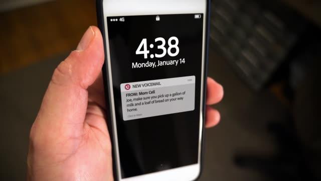 closeup smartphone benachrichtigung bildschirm neue voicemail - wachsamkeit stock-videos und b-roll-filmmaterial