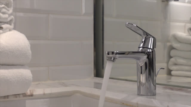 close-up tap or faucet in bathroom - vídeo