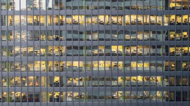 vídeos de stock, filmes e b-roll de close-up timelapse de janelas de escritório ao pôr do sol. - largo descrição geral