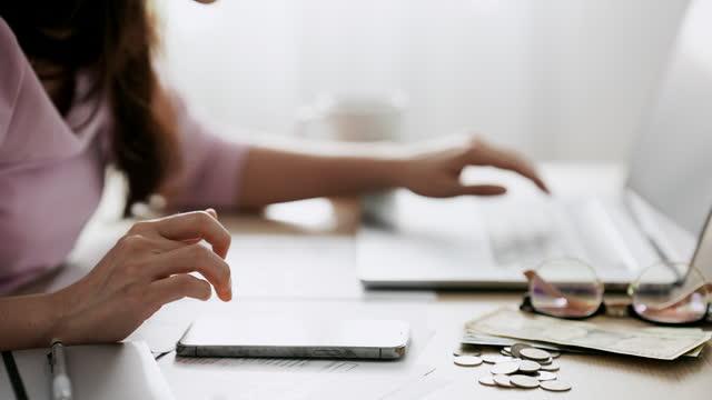 när-upp totalt alla månatliga hushållskostnader. kvinna räknar ekonomi för familjen - finansväsen bildbanksvideor och videomaterial från bakom kulisserna