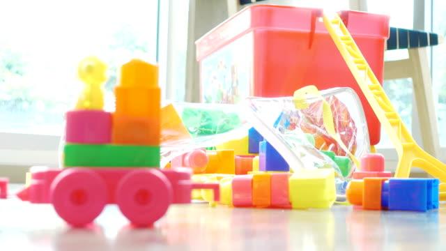 stockvideo's en b-roll-footage met close-up blokken in de kamer - baby toy