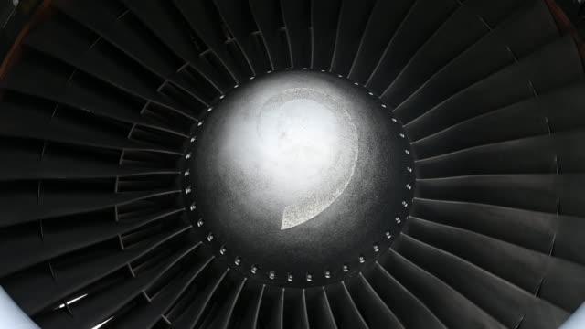 vídeos y material grabado en eventos de stock de motor de turbina de primer plano - turbina