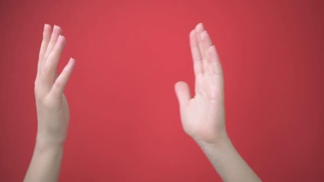 nahaufnahme zwei weibliche hände applaudieren, klatschen, sagen danke. isolierter hintergrund. - menschliches gelenk stock-videos und b-roll-filmmaterial