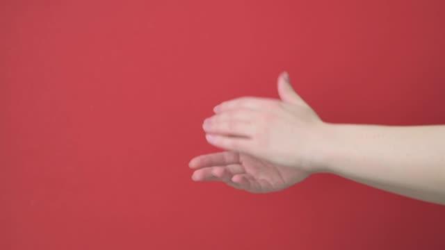 nahaufnahme zwei weibliche hände applaudieren, klatschen, sagen danke. - menschliches gelenk stock-videos und b-roll-filmmaterial