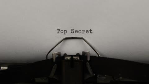 vídeos y material grabado en eventos de stock de primer plano escribiendo una cita de alto secreto, vieja máquina de escribir vintage con una hoja de papel - rusia