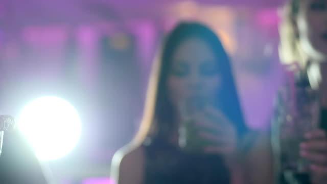 close-up machen unkenntlich einen toast, gläser mit cocktails und strohhalme auf einem unscharfen hintergrund - turngerät mit holm stock-videos und b-roll-filmmaterial