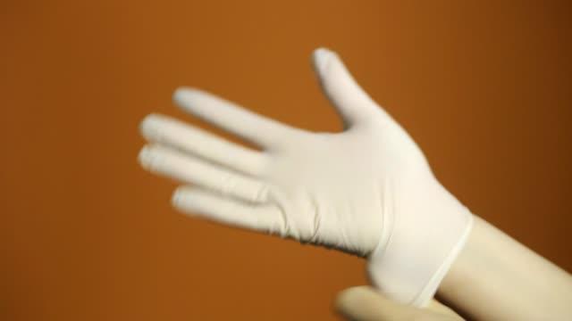 vídeos y material grabado en eventos de stock de vista de cerca de manos de la doctora con guantes de látex. - guante quirúrgico